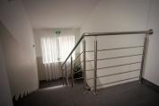 Schodiště k pokojům (a máme i výtah)